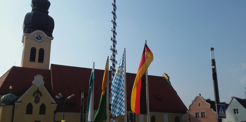 Pfarrkirche beflaggt
