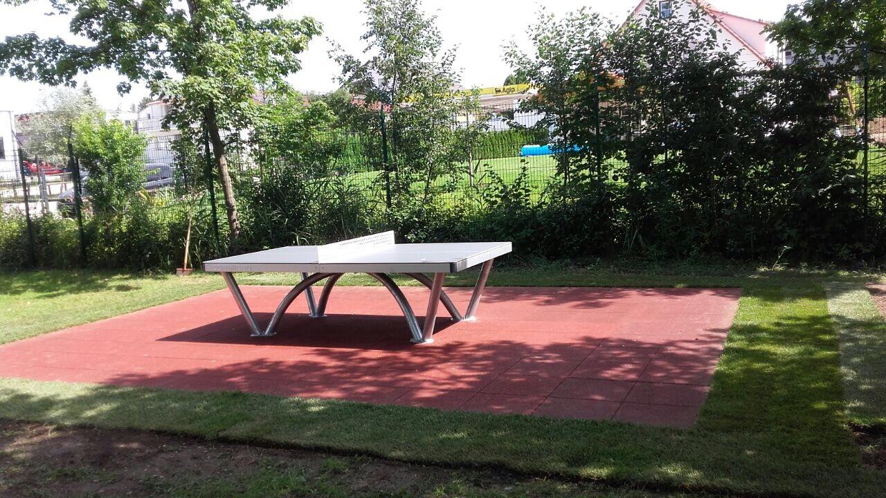 Tischtennisplatte im Schwimm und Erlebnisbad
